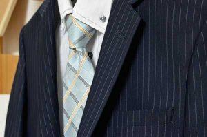 スーツやネクタイの色使いに